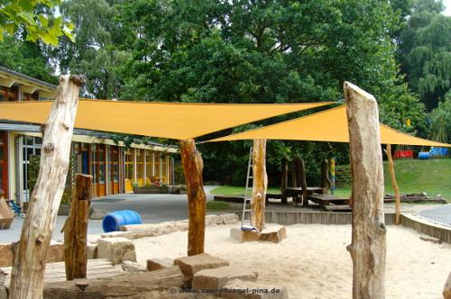 Holzmasten aus Robinien Holz für ein Sonnensegel in einer Kita