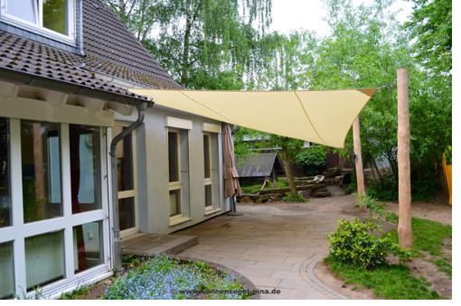 Kita Sonnensegel an Robinie befestigt als Regen- und Sonnenschutz