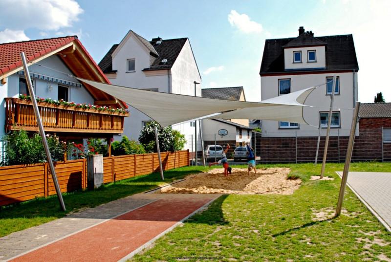 Große Sonnensegel Anlage für Grundschule » System mit 6 x ø101,6mm Pfosten. Ausgestattet mit zwei HDPE Sonnensegeln.
